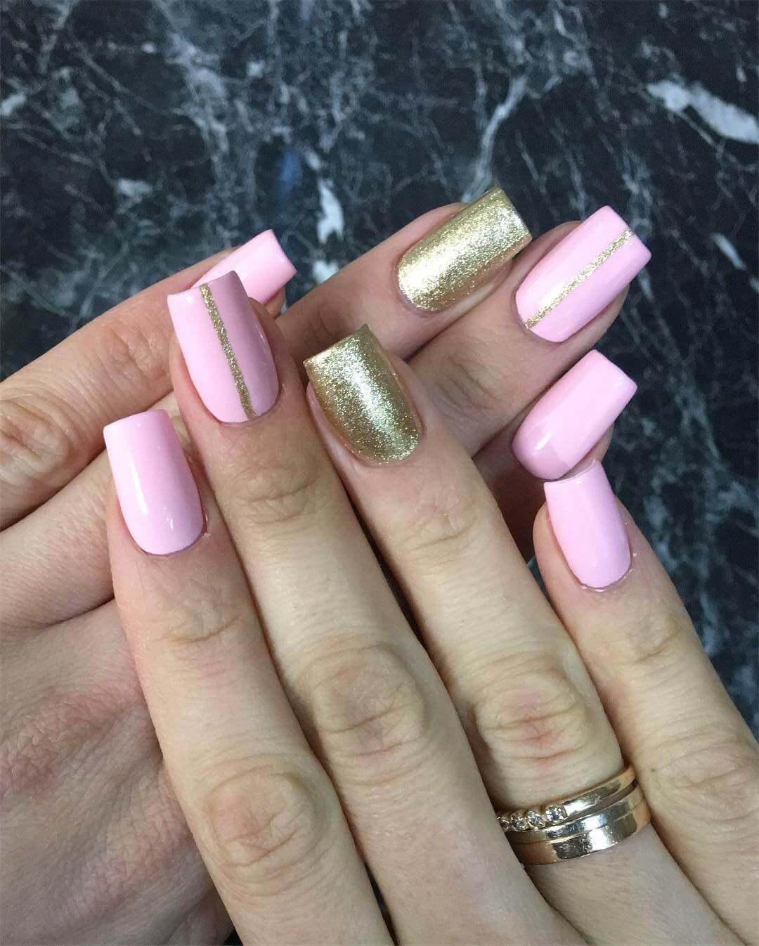 decoracion de uñas doradas con rosa