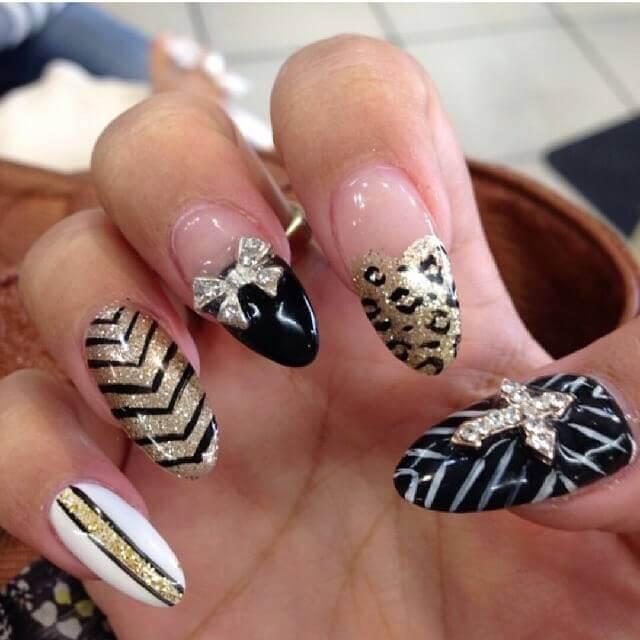decoracion de uñas elegantes doradas con negro
