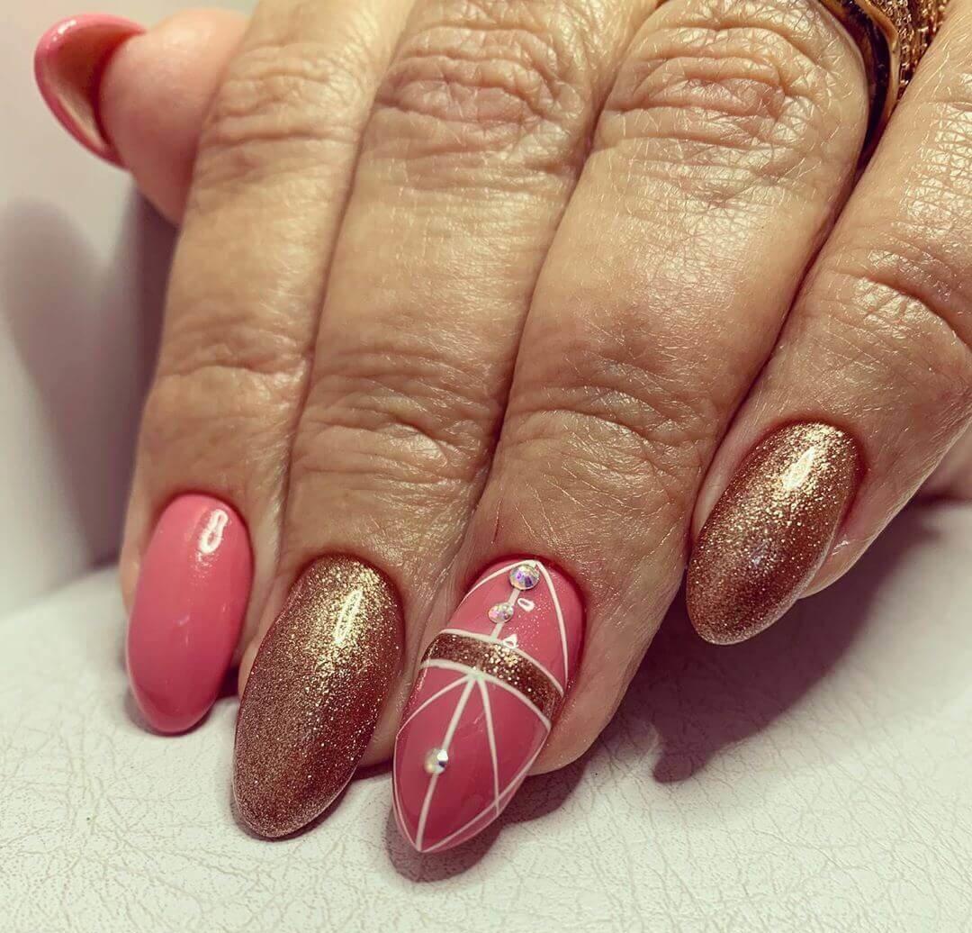 decoracion elegante de uñas doradas con rosa