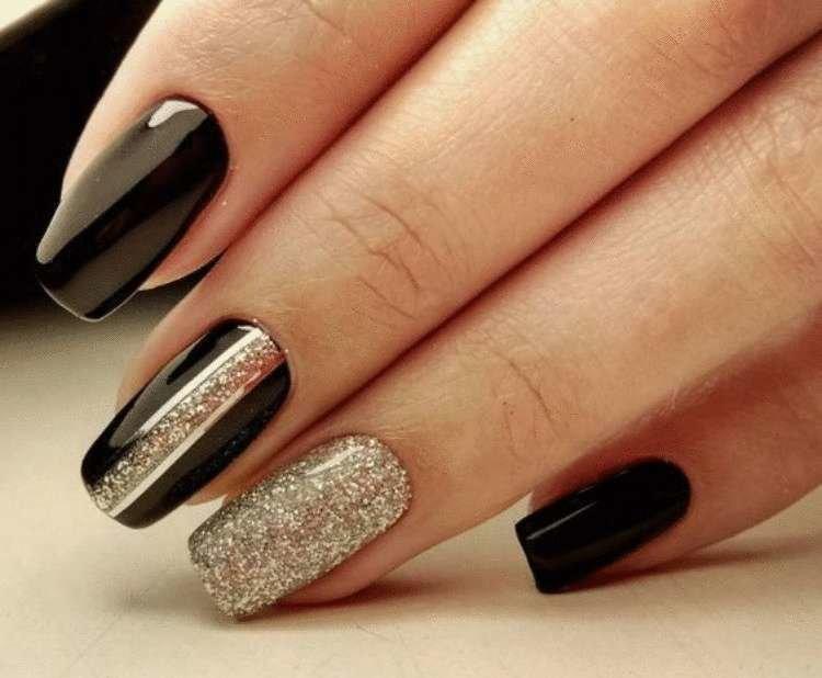 diseño de uñas doradas con negro