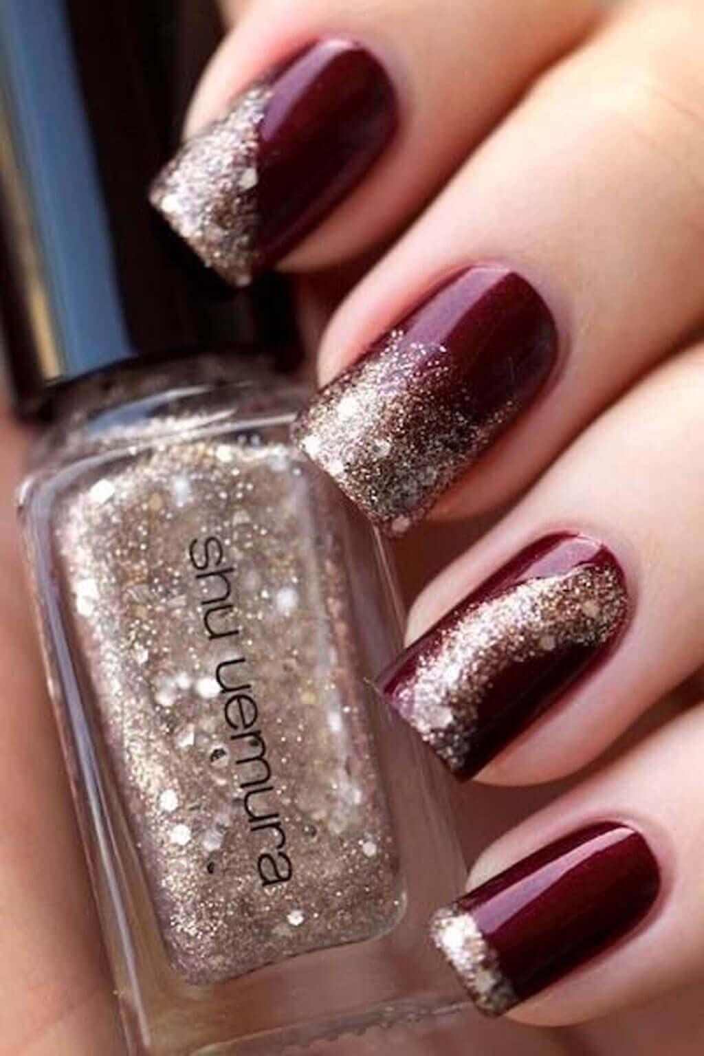 diseño de uñas doradas con vino