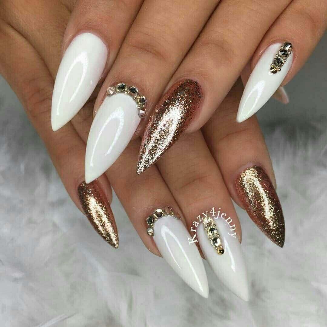 diseño de uñas doradas y blanco