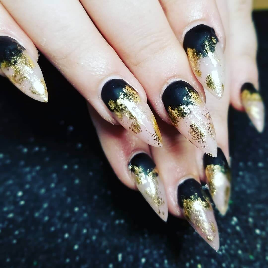 uñas acrilicas doradas con negro