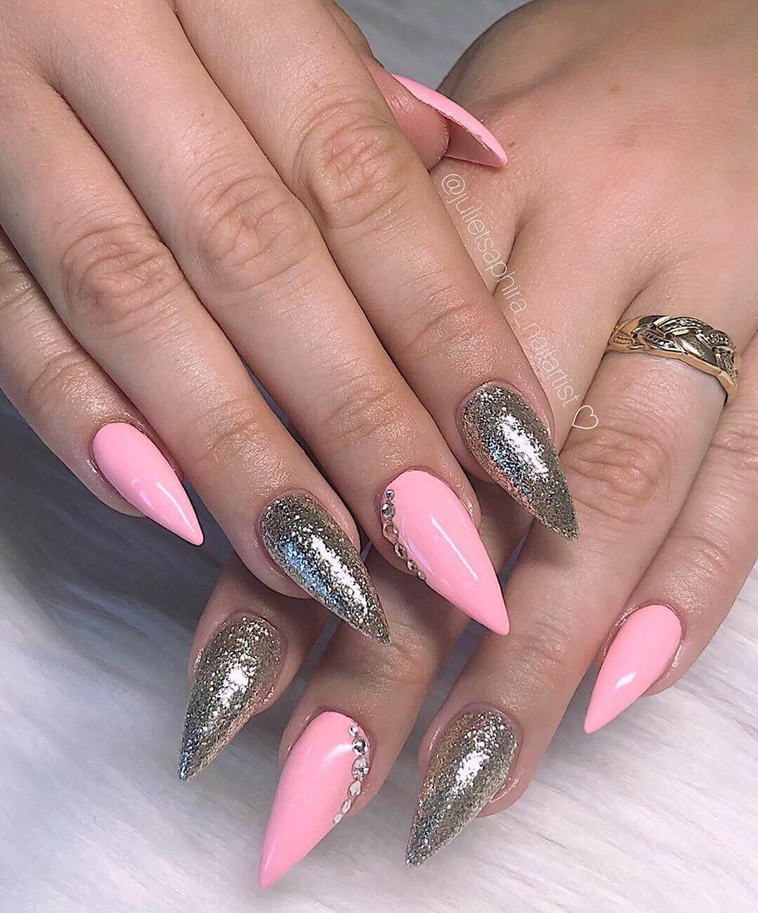 uñas acrilicas doradas con rosa