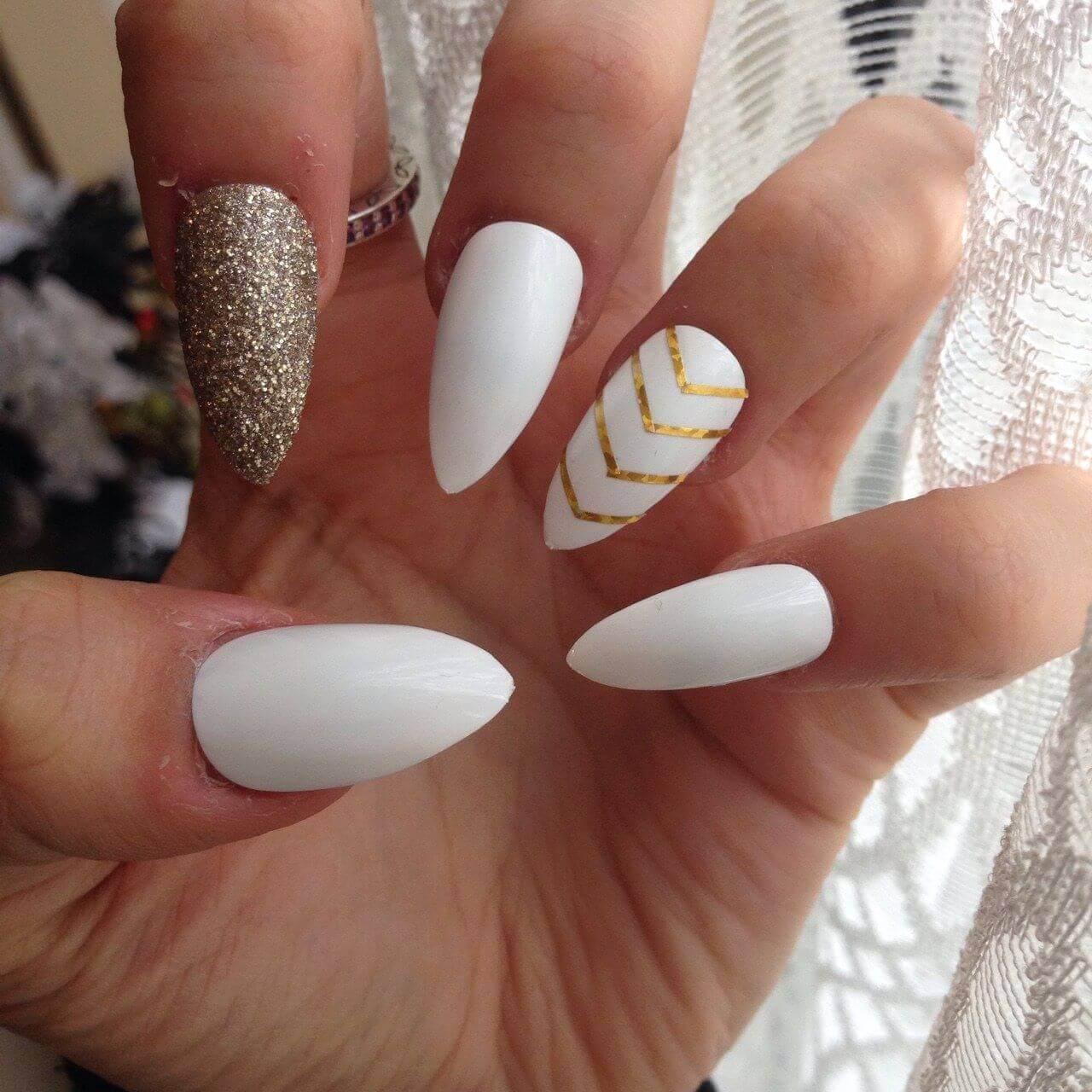 uñas decoradas doradas con blanco