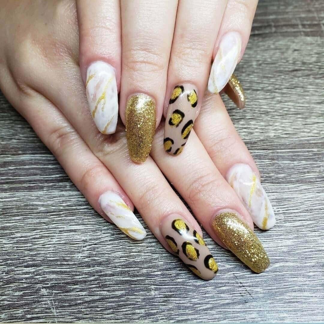 uñas doradas animal print