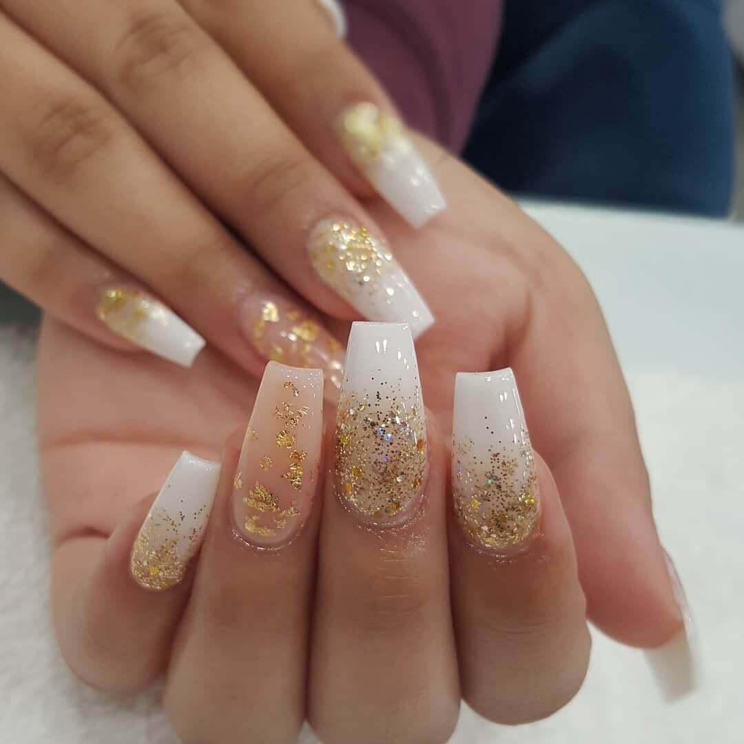uñas doradas con blanco estilo ombre