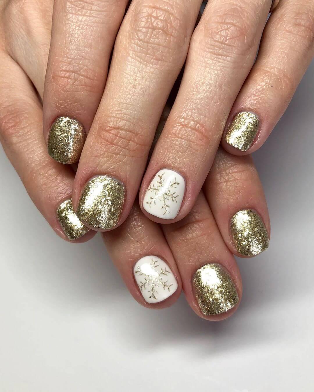 uñas doradas con blanco