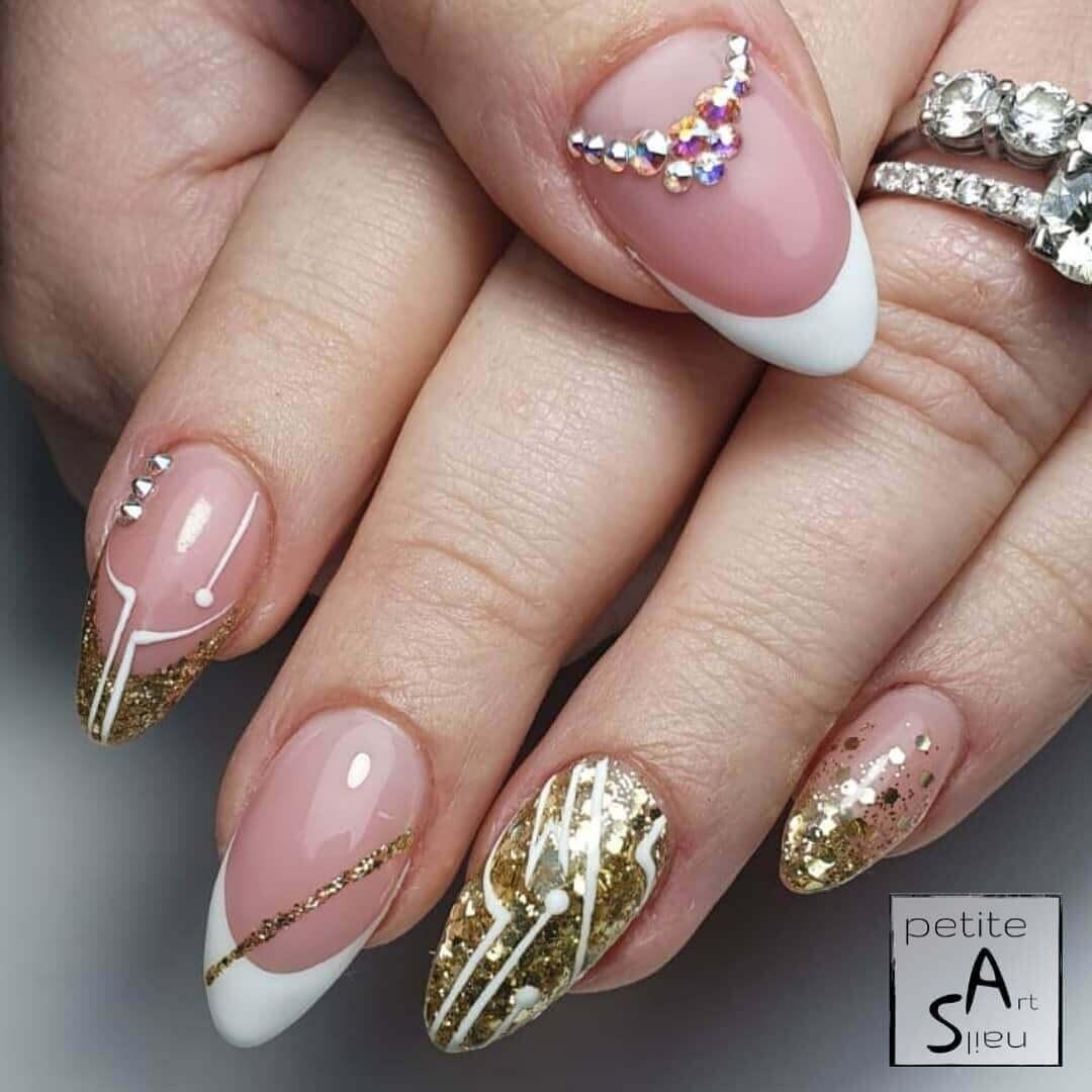 uñas doradas con francesa blanca