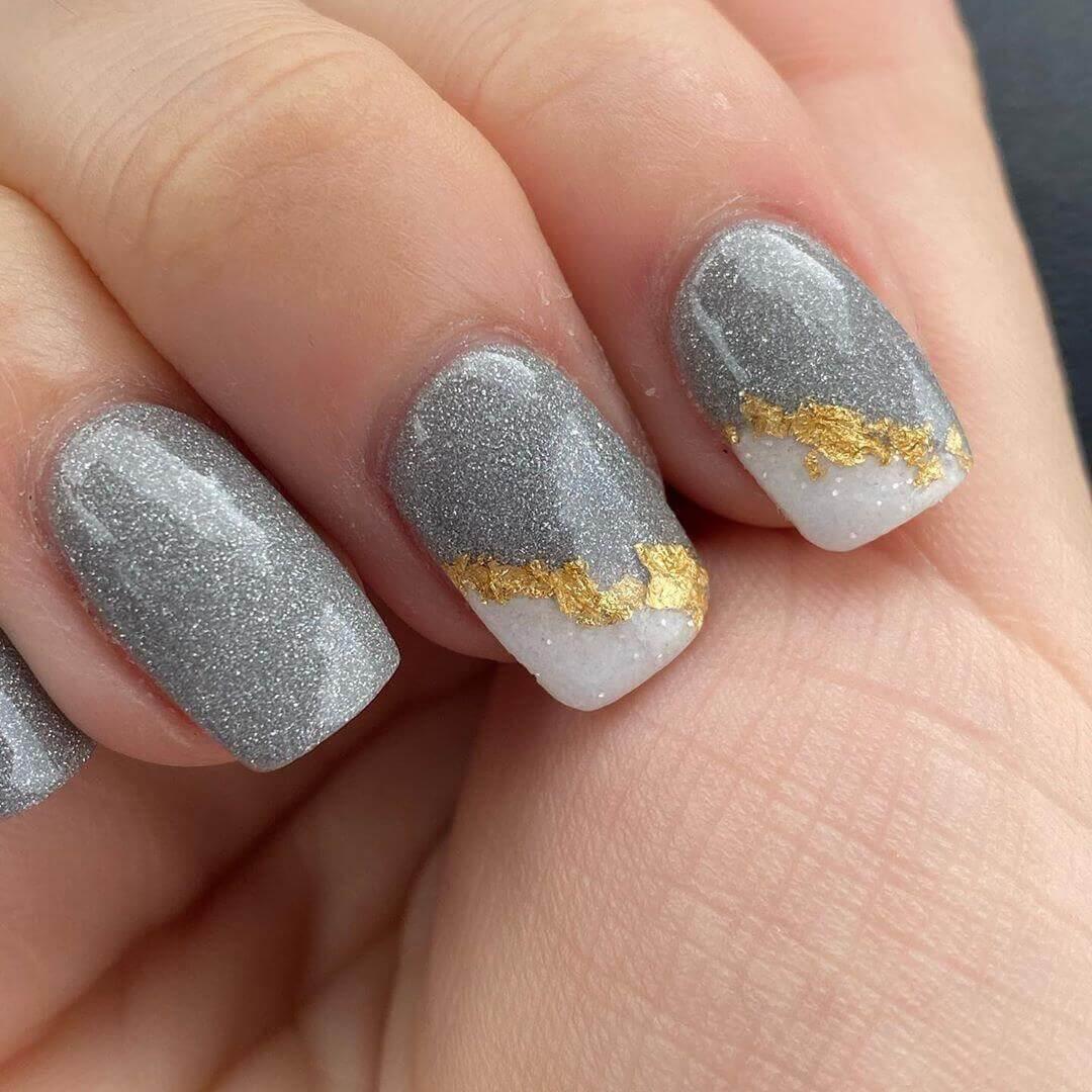 uñas doradas con gris