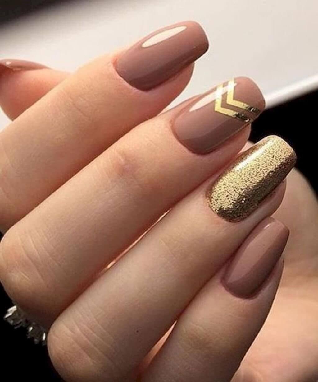 uñas doradas con nude