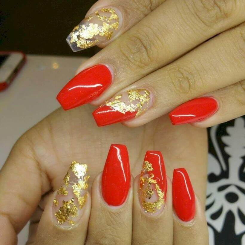 uñas doradas con rojo fuerte