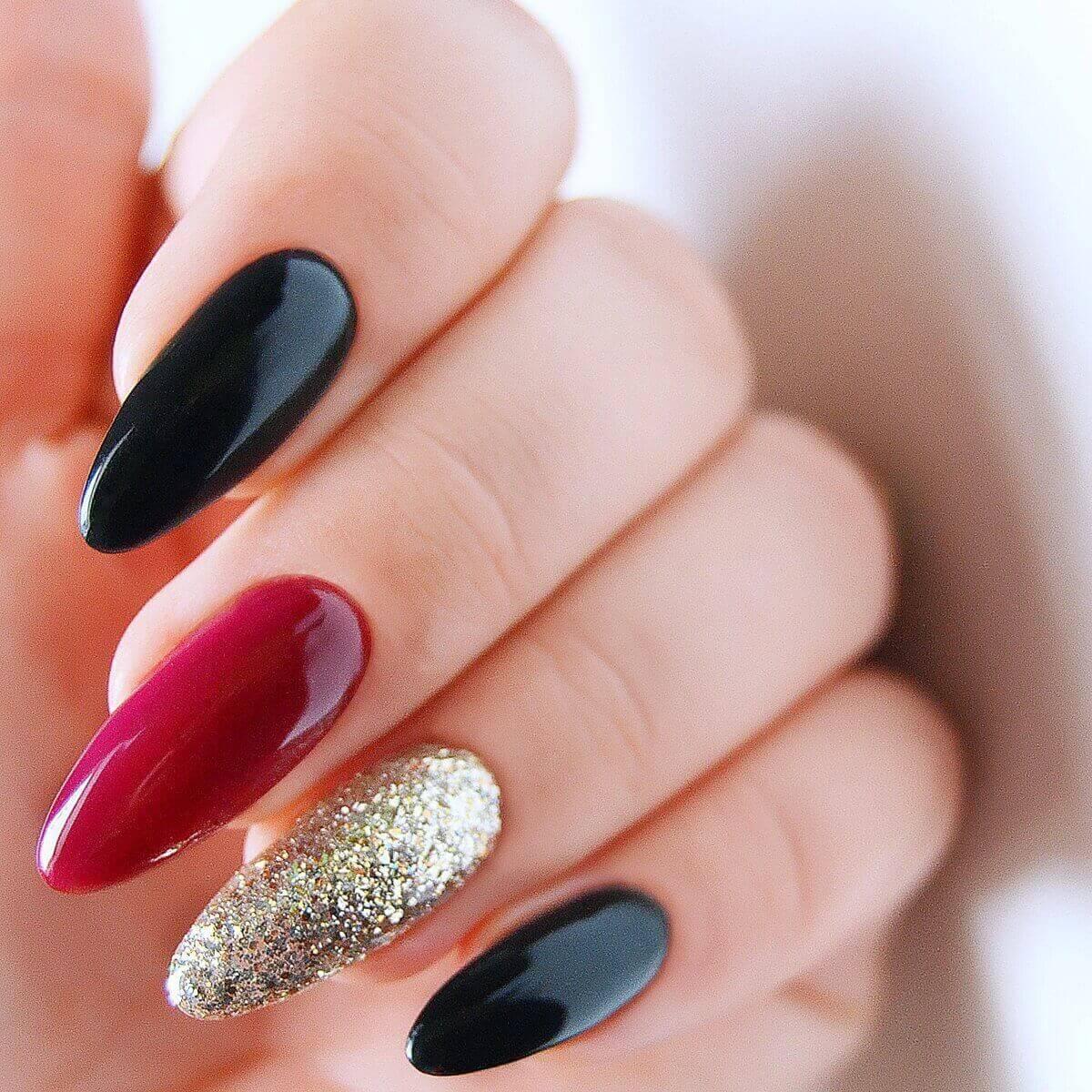 uñas doradas con rojo y negro