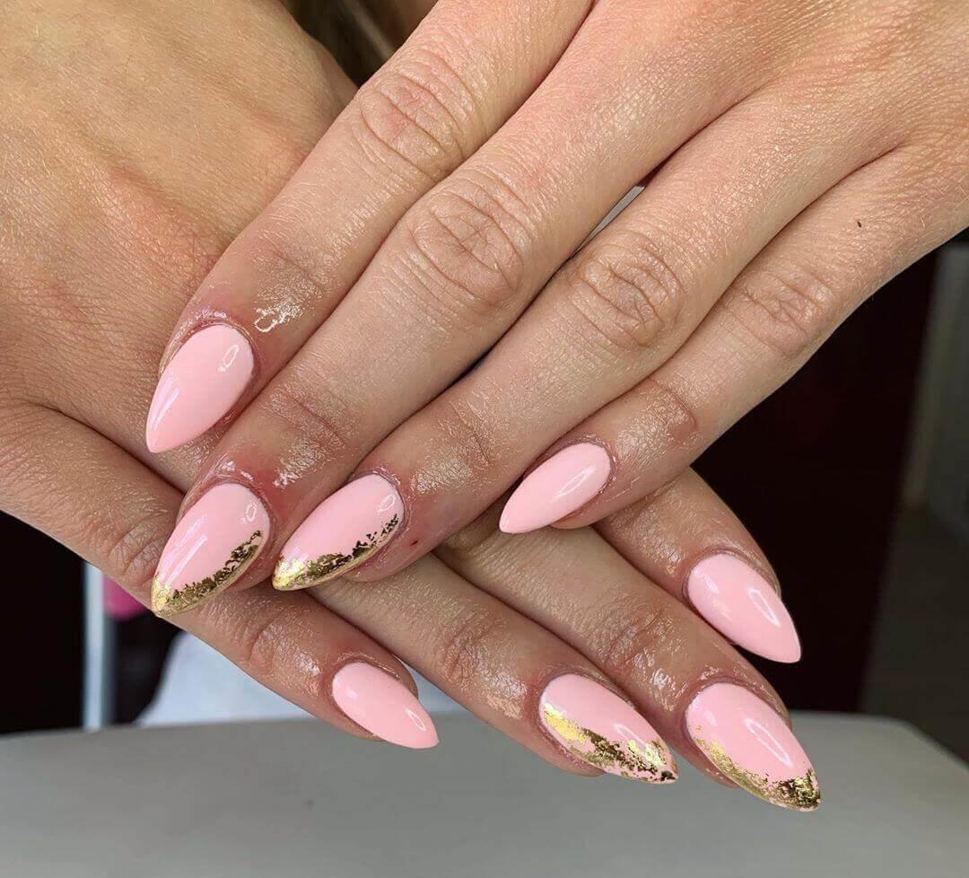 uñas doradas con rosa bebe