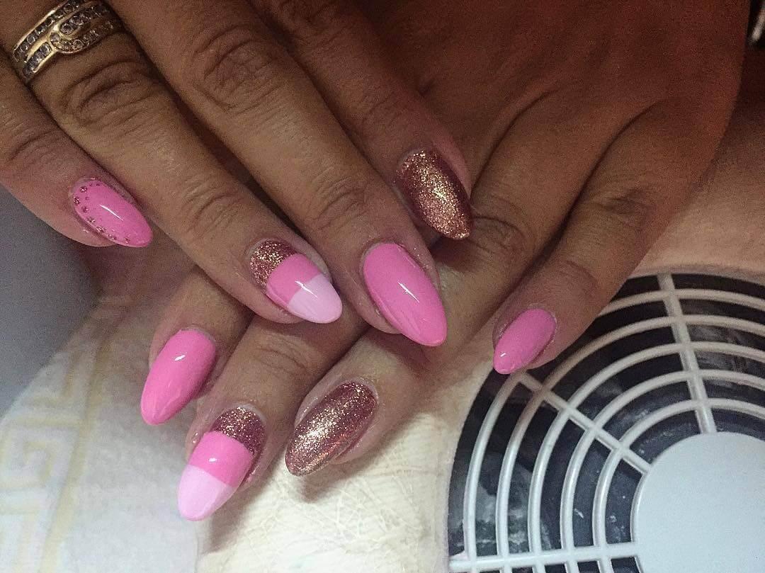uñas doradas con rosa sencillas