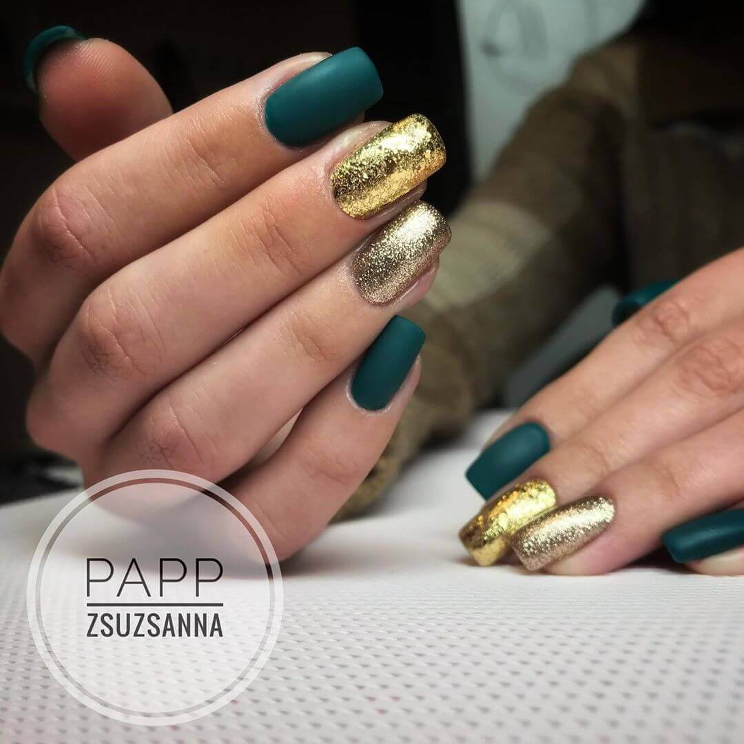 uñas doradas con verde oscuro