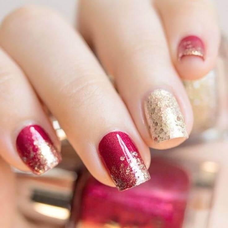 uñas doradas decoradas con rojo