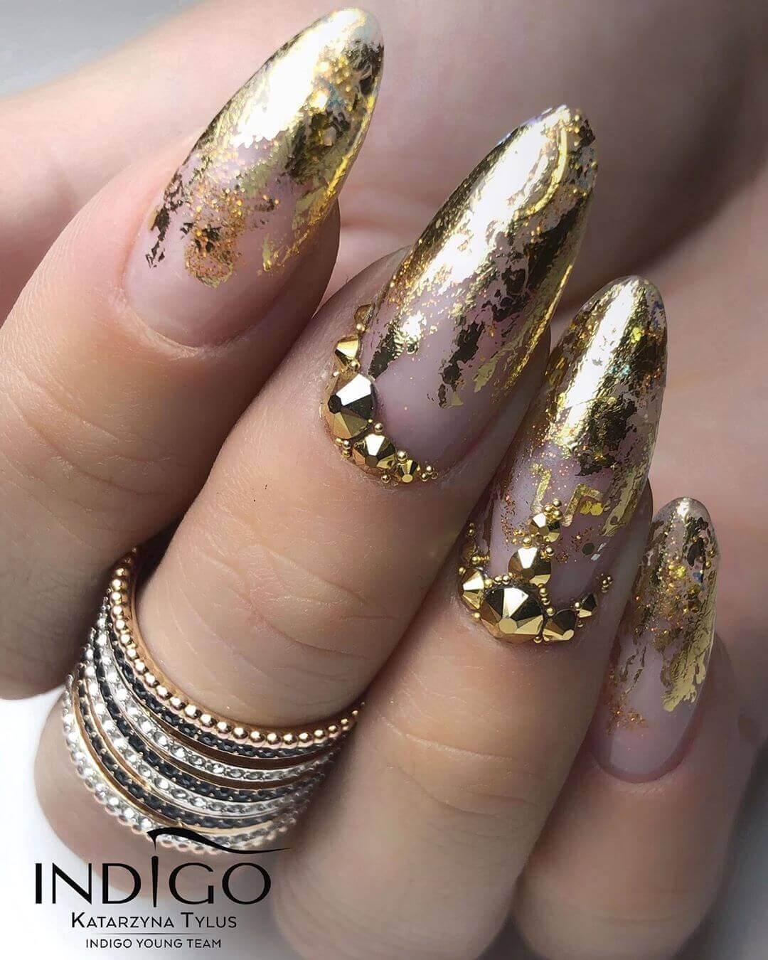 uñas doradas decoradas