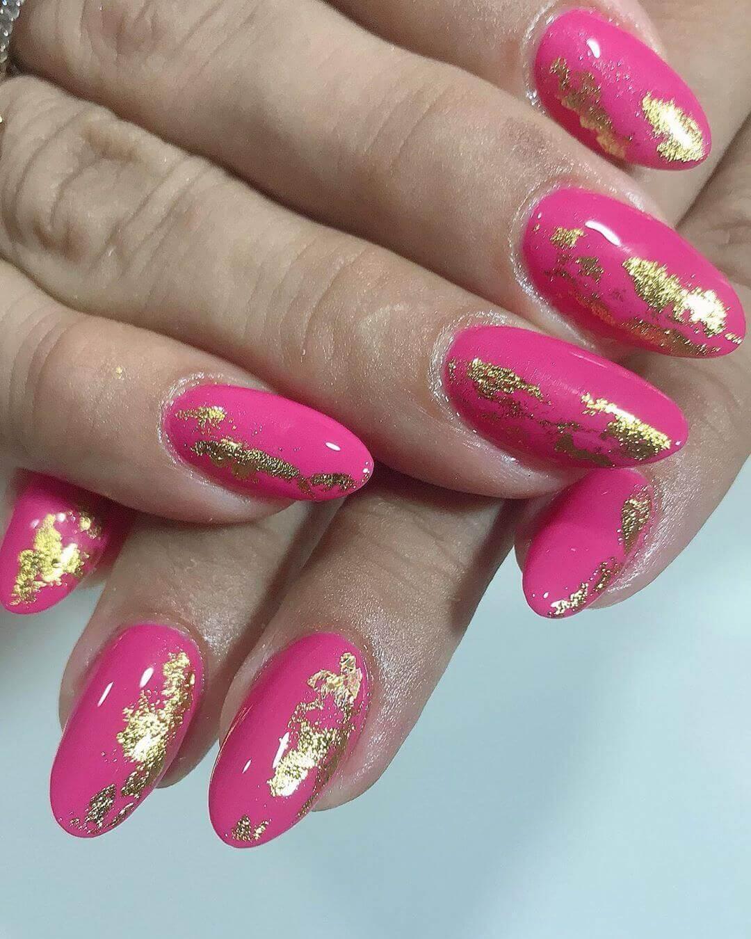 uñas doradas efecto oro con rosa