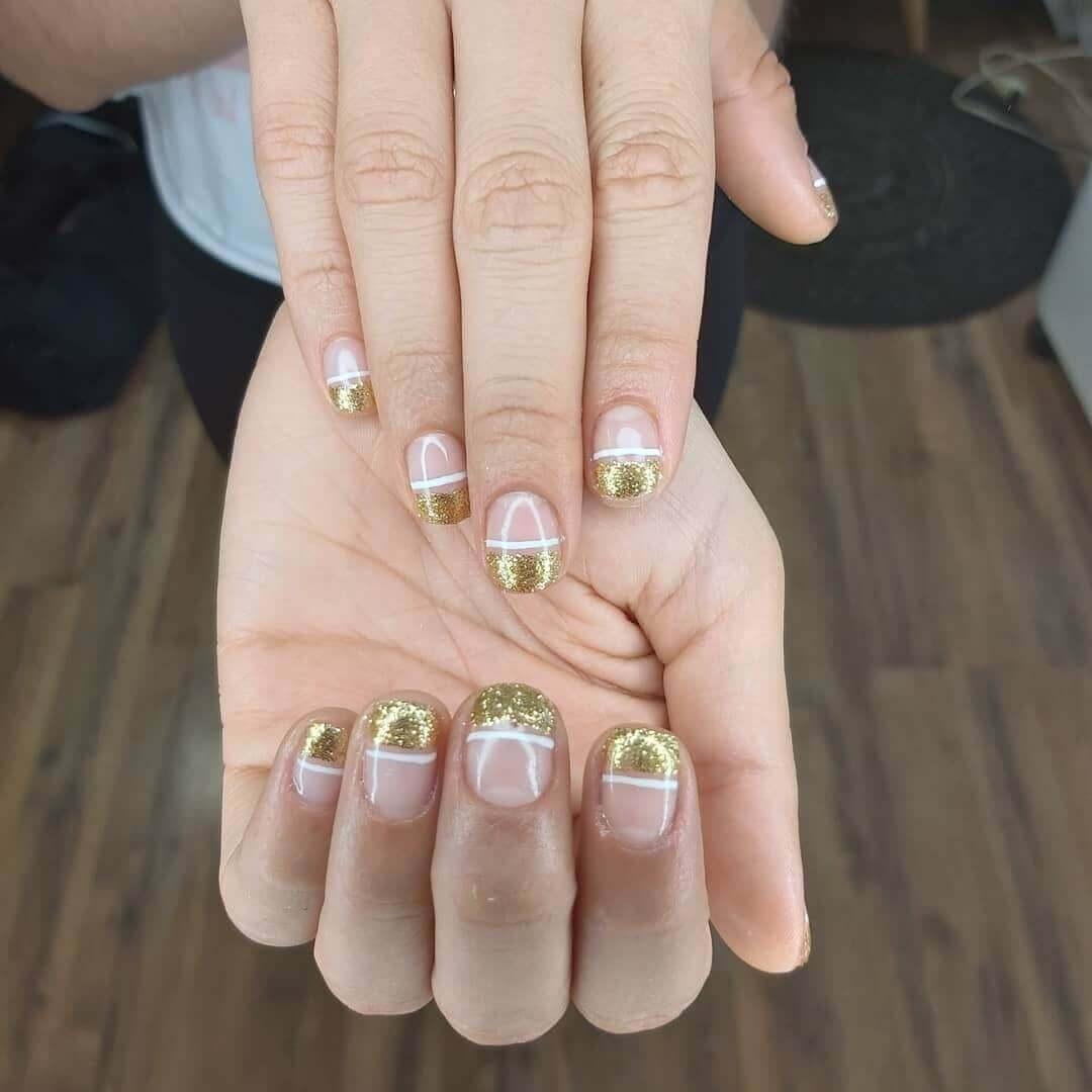 uñas doradas francesas con blanco