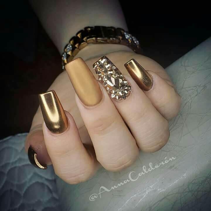 uñas doradas mate y brillante