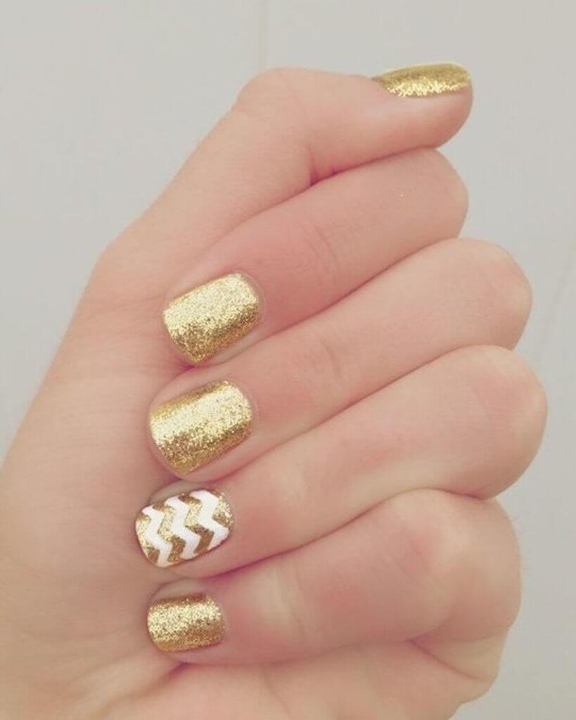 uñas doradas sencillas