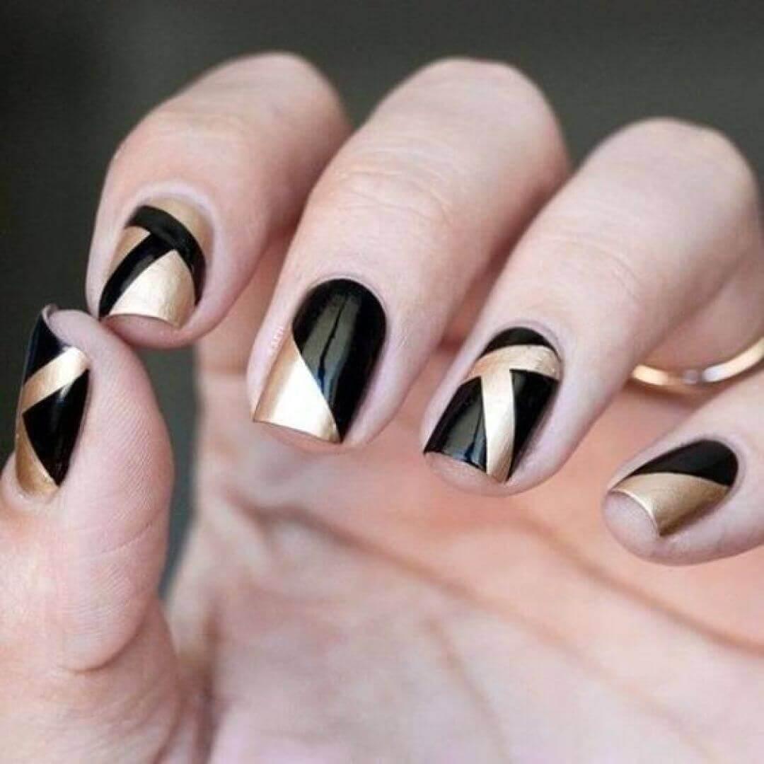 uñas doradas y negro