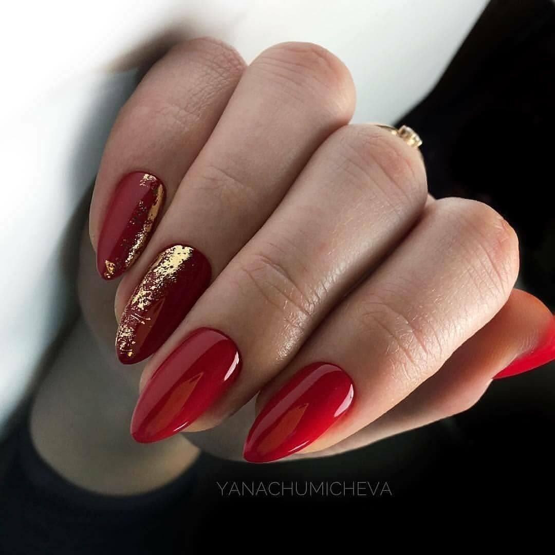 uñas doradas y rojo