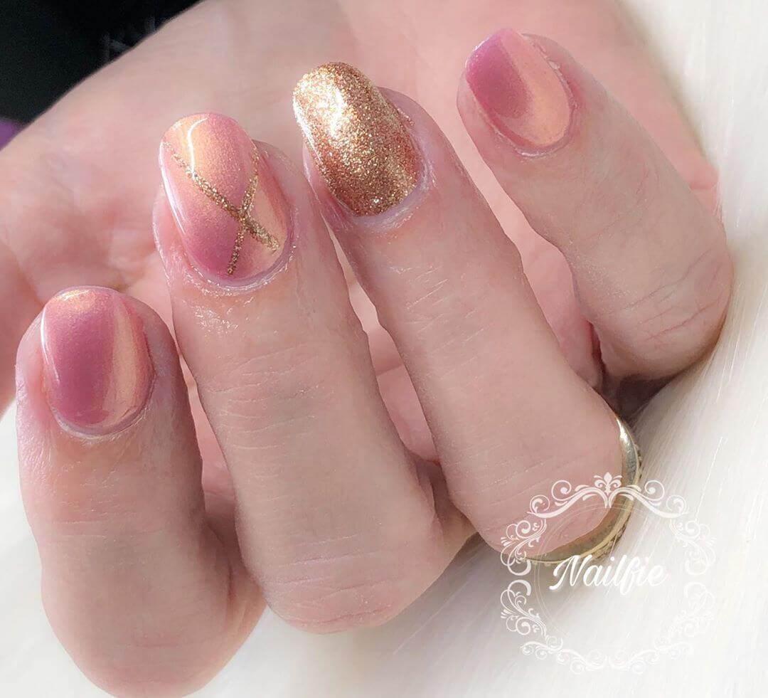 uñas doradas y rosa viejo
