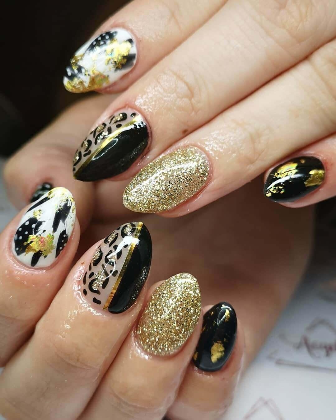 uñas elegantes doradas con negro