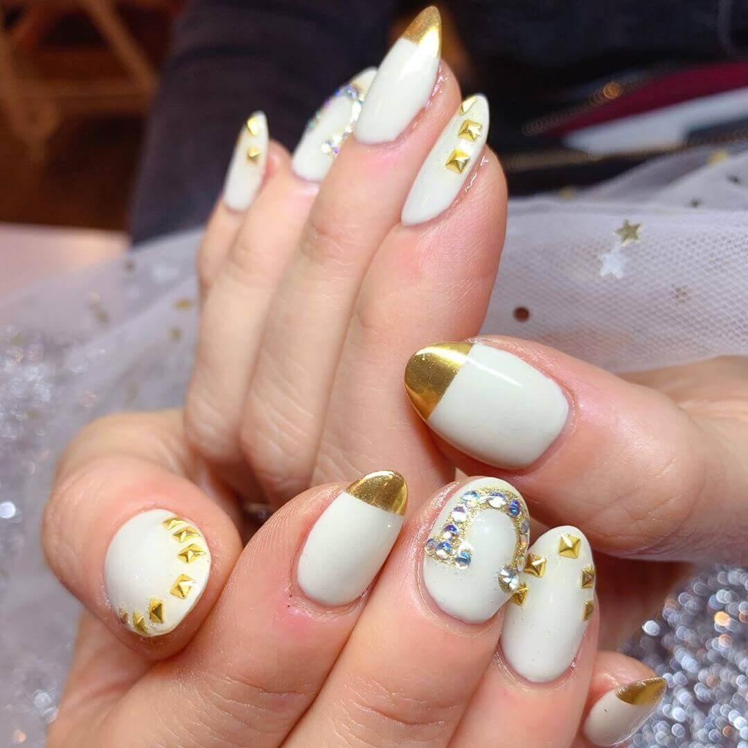 uñas francesa doradas con blanco