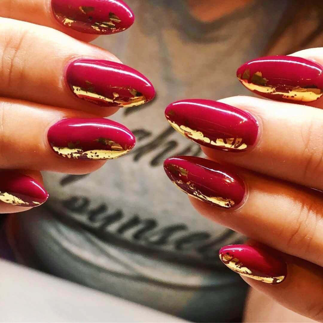 uñas sencillas doradas con rojo