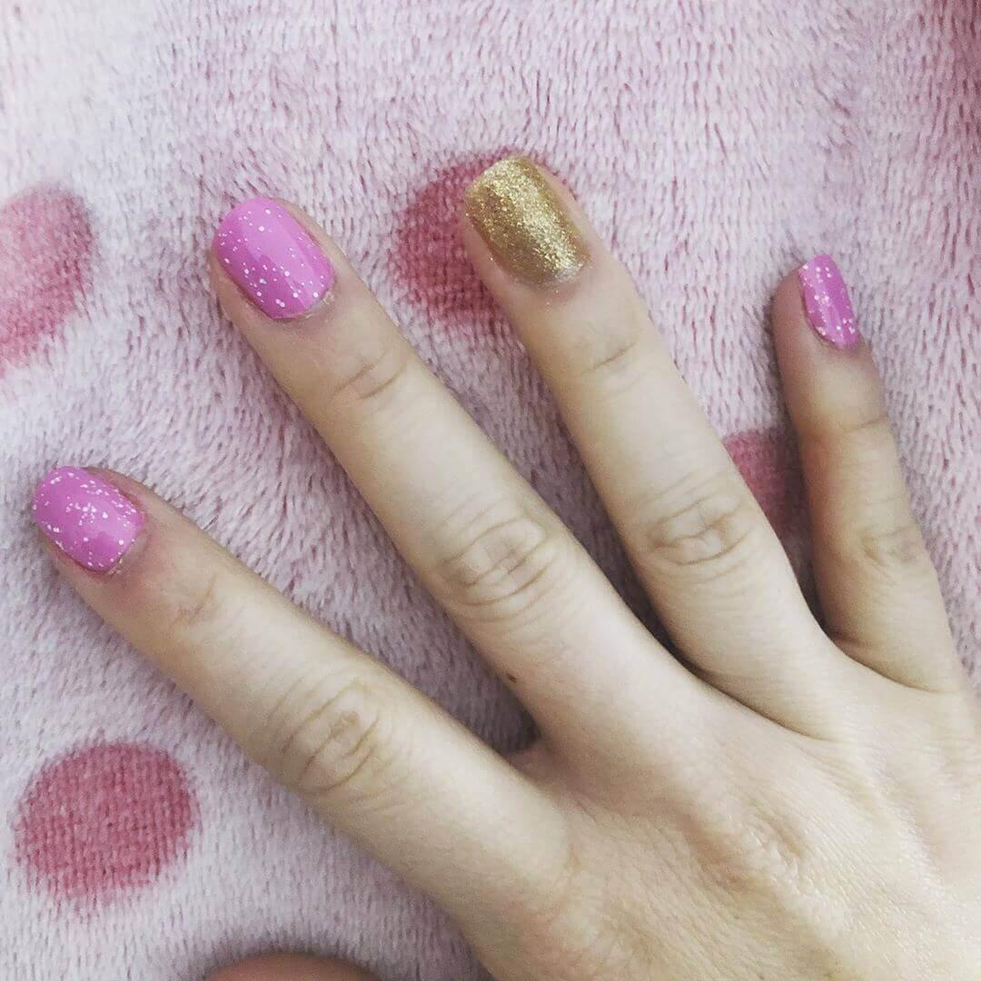 Uñas doradas y rosa