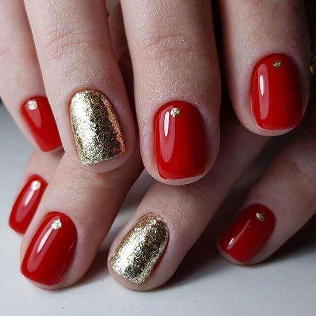 uñas sencillas doradas y rojo