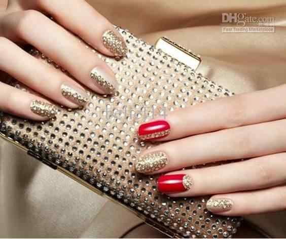 uñas elegantes doradas con rojo