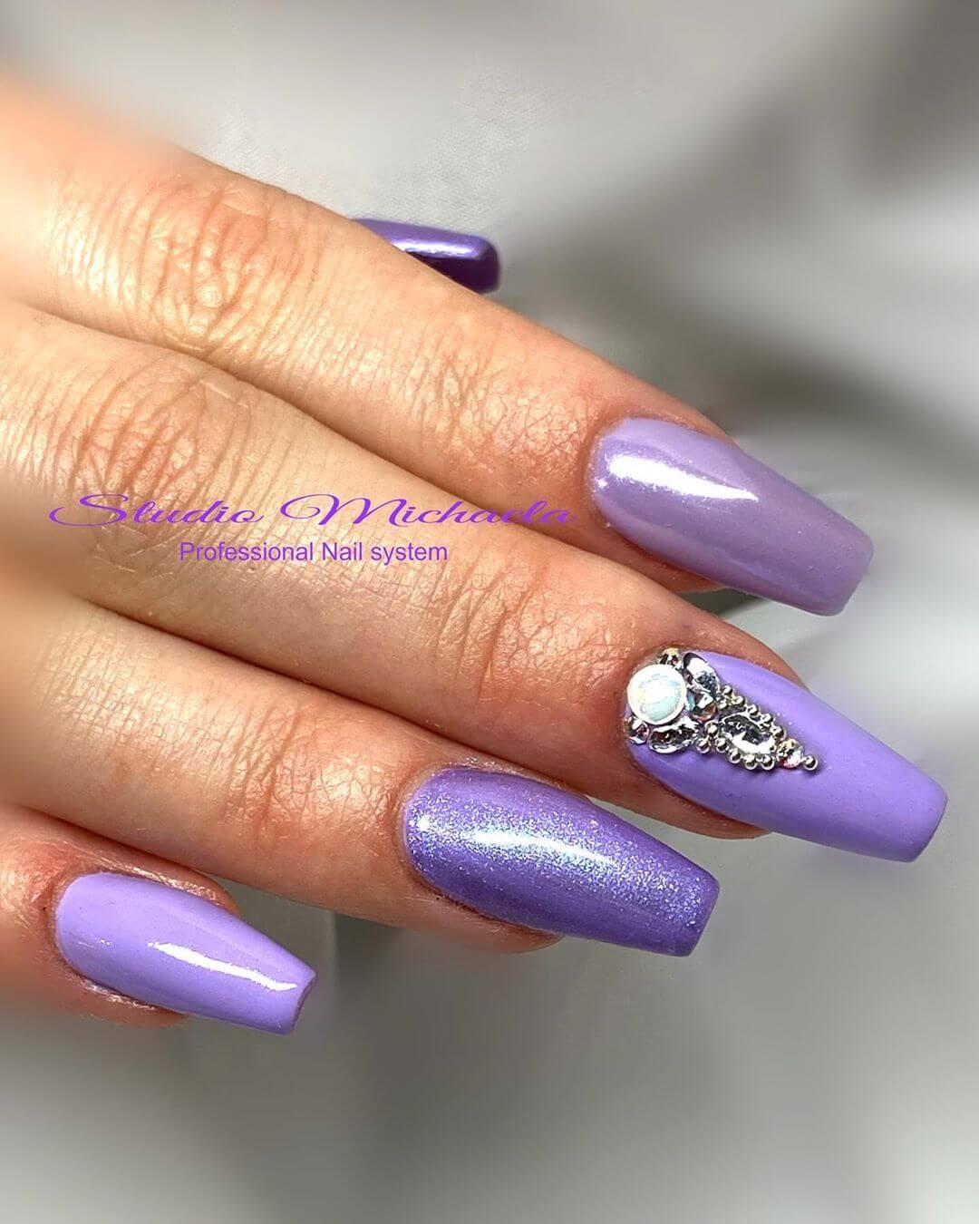 decoracion de uñas color violeta con piedras