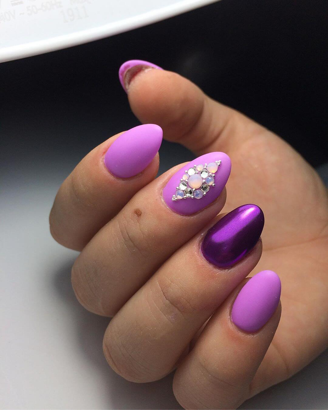 decoracion de uñas purpura mate con piedras