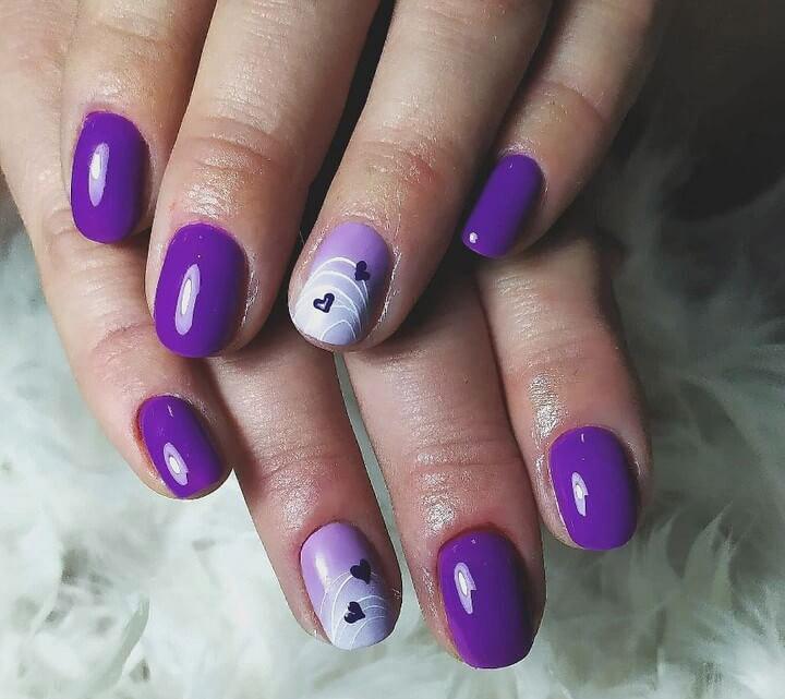 decoracion de uñas violeta con corazones