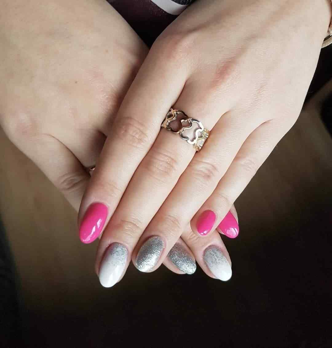 decoracion de uñas rosa plata y blanco