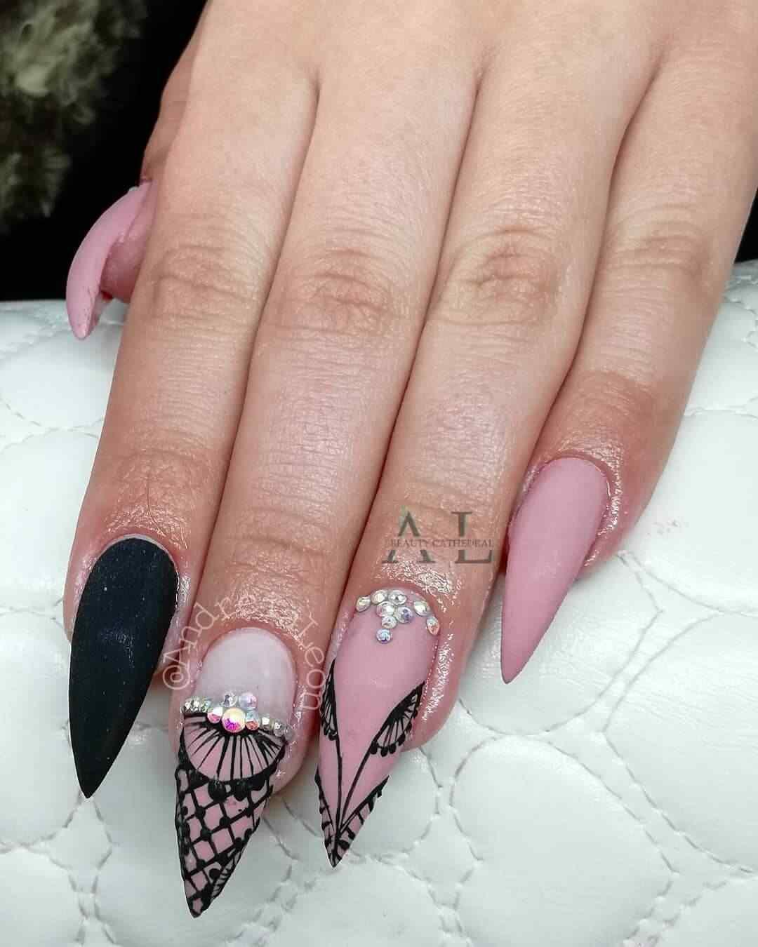 decoracion de uñas rosa viejo con negro y piedras