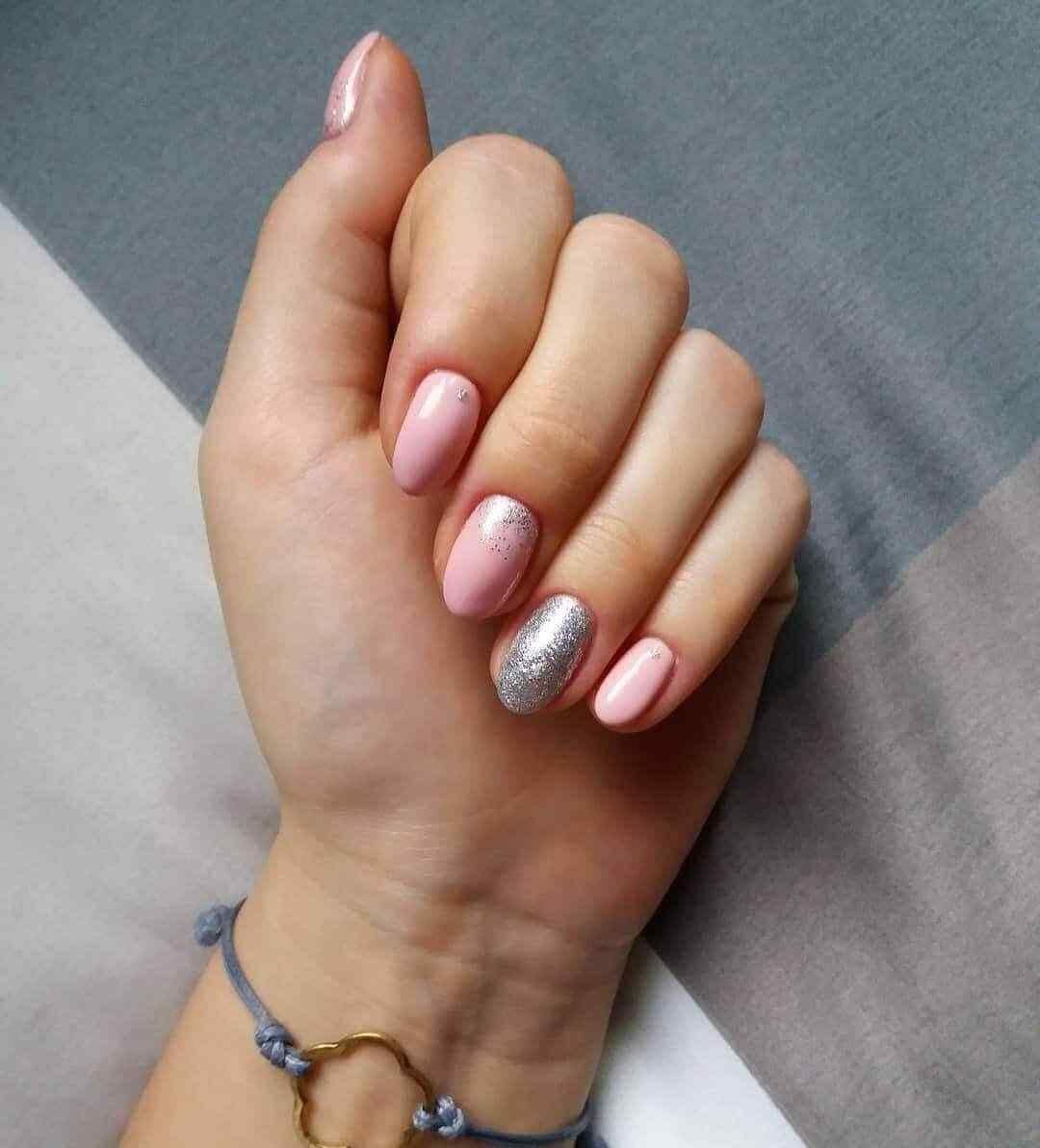 decorado de uñas rosa con plata