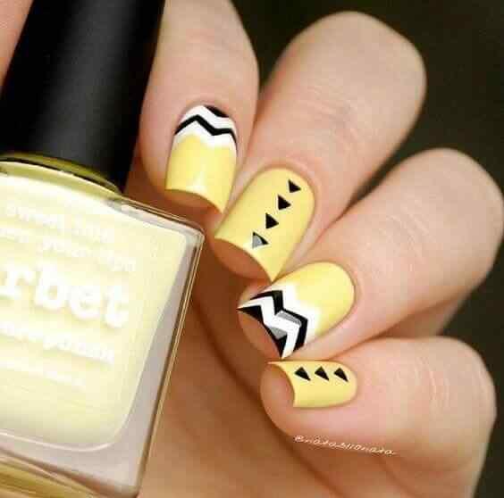 diseño de uñas acrílicas amarillas
