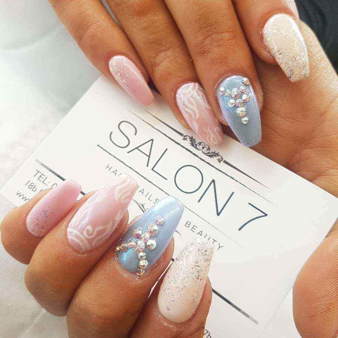 diseño de uñas acrílicas elegantes