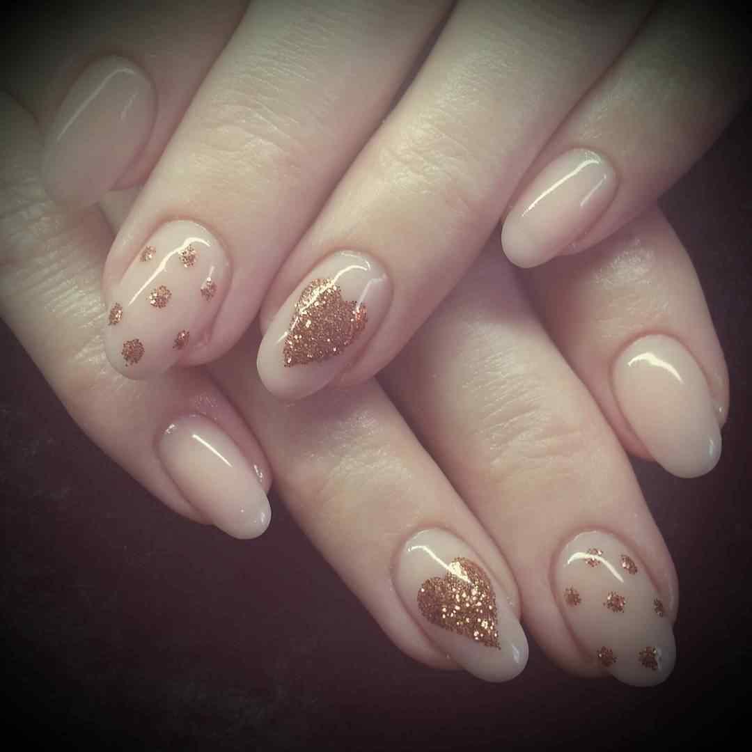 diseño de uñas acrílicas con corazones