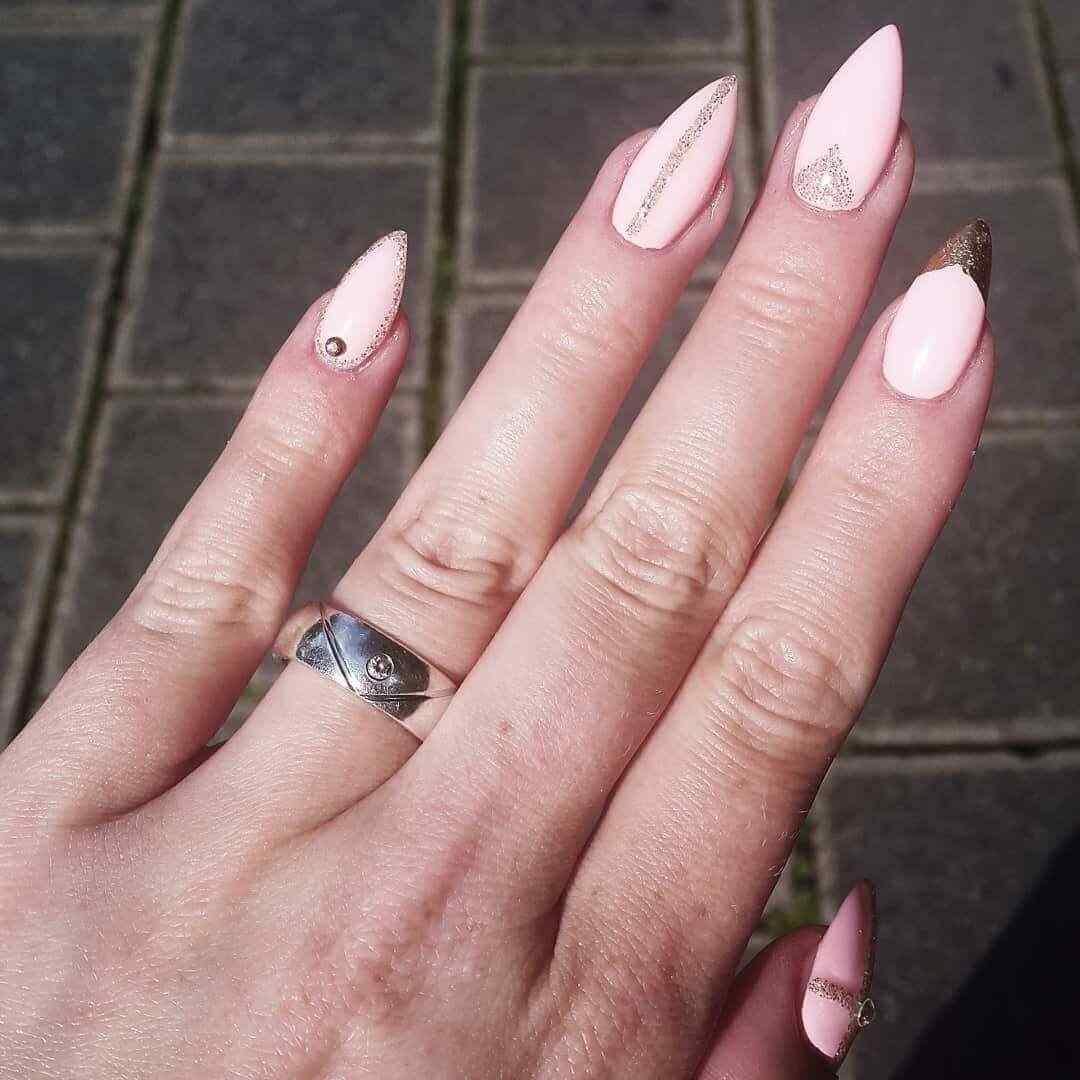 diseño de uñas rosa con dorado