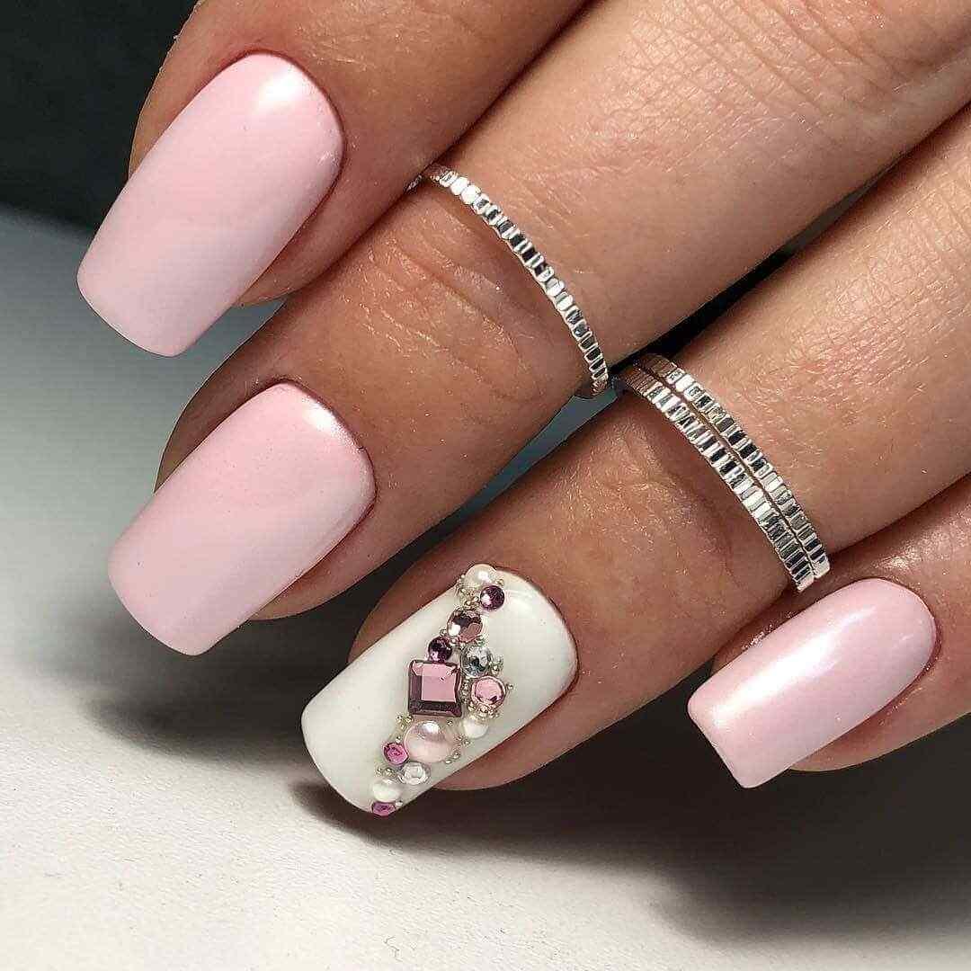 diseño de uñas rosa palo con piedras
