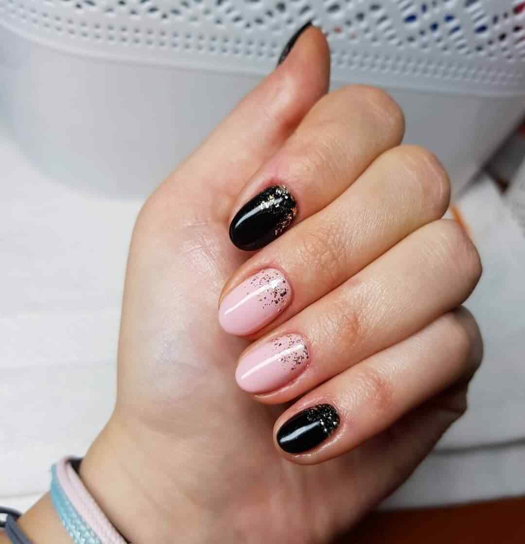 diseño de uñas simples en rosa y negro