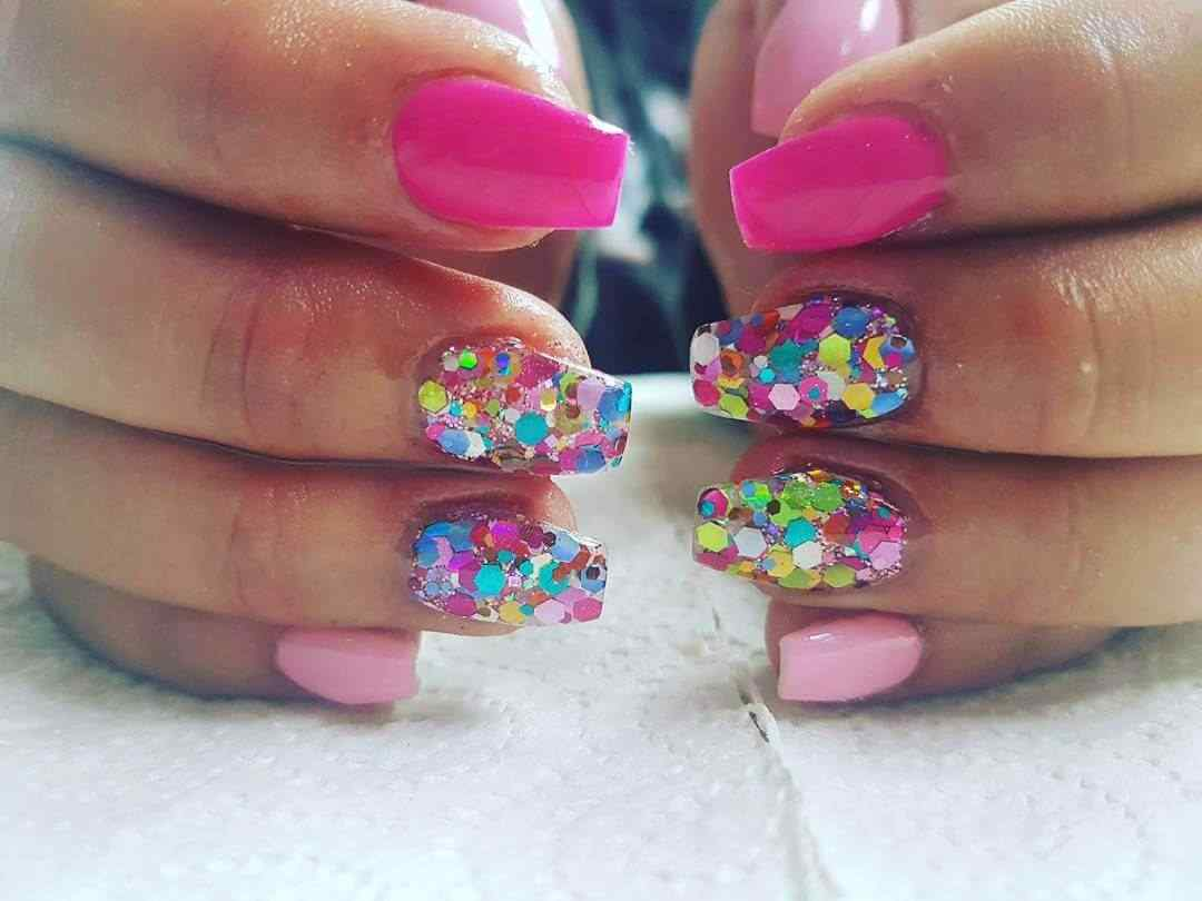 diseño uñas acrílicas confeti