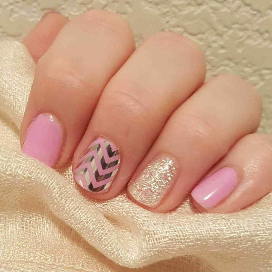diseños de uñas en color rosa con dorado