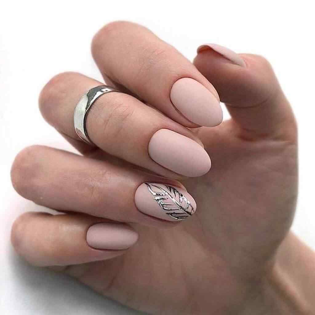 modelo de uña rosa palo con plata